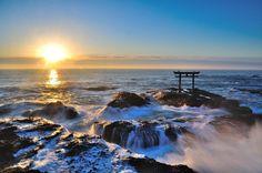 Tout voyage au Japon devrait inclure un passage dans les 3 plus célèbres sanctuaires shintoïstes du Japon que sont Itsukushima à Hiroshima, Heian à Kyoto et le sanctuaire Meiji à Tokyo.   Ceux-ci ne représentent cependant que la pointe de l'iceberg des sanctuaires à couper le souffle. En voici 4 de plus situés en dehors des sentiers battus à ne surtout pas manquer.  1. Sanctuaire Motosuminari / 元乃隅稲成神社 (préfecture de Yamaguchi)  Chaque temple shintoïste possède au moins un torii, ce gr...