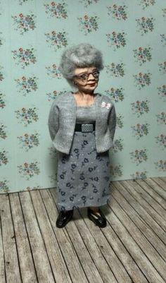 OOAK 12th Scale Miniatur ältere Dame Figur Puppe (peggypigtails) | eBay Dollhouse Dolls, Miniature Dolls, Scale, Miniatures, Ebay, Character, Handmade, Older Women, Puppets