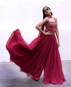 Glam Outfit Ideas for Indian Bridesmaids for every Ceremony AwesoneLifestyleFashion Indian Fashion Dresses, Indian Gowns Dresses, Dress Indian Style, Indian Designer Outfits, Indian Fashion Trends, Ethnic Wear Designer, India Fashion, Fashion Ideas, Indian Wedding Outfits