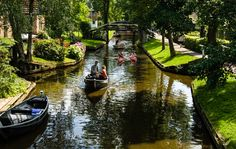 Giethoorn Village in Netherlands has no roads or any modern transportation at all, only canals. Well, and 176 bridges too. Tourists have to leave their cars outside of the village and travel here by foot or boa Places Around The World, The Places Youll Go, Places To See, Around The Worlds, Places To Travel, Travel Destinations, Travel Europe, Holiday Destinations, Italy Travel
