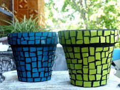 Single color flower pots with dark grout Mosaic Planters, Mosaic Vase, Mosaic Flower Pots, Mosaic Tiles, Pebble Mosaic, Tile Crafts, Clay Pot Crafts, Mosaic Crafts, Mosaic Projects