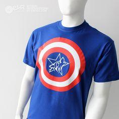 Prenda de alta calidad, unisex,  tejido: 100% algodón, hilo Belcoro®, rojo Jaspeado 97% algodón , 3% poliéster, peso 185gm/m² Colores – 195gm/m², cuello redondo ribeteado con tapeta para mayor confort.    Camiseta que simula al traje de Capitán América en un guiño de la Escudería Vallejo Racing. Prenda azul royal con logotipo a dos tintas en pecho y a gran tamaño, con estrella e icono lobo de EVR fusionados.