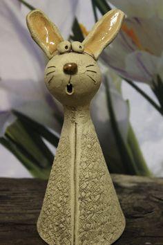 Fussel sucht eine nette Familie, mit der er Ostern feiern kann. Aber nur, wenn die Familie auch genug Möhren vorrätig hat.  Er ist 21 cm groß und in liebevoller Handarbeit aus Ton hergestellt.