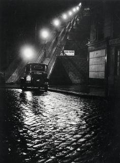 Willy Ronis (R594)  Rue Muller à Montmartre. Tirage argentique postérieur réalisé par Pierre-Jean Amar en 2001 sous la direction de l'artiste. Circa 1934. 24 x 30 cm.