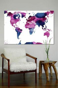 peinture gris perle sur le mur du salon avec un grand panneau décoratif avec la carte du géo du monde
