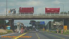 Vrachtwagen van HVC (LZV?) rijdend op het viaduct naast de viaduct in aanbouw over A7 t.b.v. N23 Westfrisiaweg.
