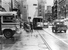 Bonde - São Paulo - 1964 A imagem mostra a Avenida São João em São Paulo em 1964, quando o serviço de bondes na capital se aproximava de seu final. A eliminação dos bondes principiou pela retirada dos de tipo aberto e pela extinção de diversas linhas.