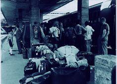 Viaggiatori in partenza per le vacanze estive, in attesa alla stazione.