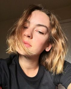 25 Short Hairstyles Inspired By Celebrities – My hair and beauty Pretty People, Beautiful People, Cool Attitude, Brigette Lundy Paine, Casey Atypical, Hot Haircuts, Long Hair Tips, Trending Haircuts, Carla Bruni