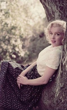 """Color camera transparency of Marilyn Monroe from """"Tree"""" sitting by Milton Greene. Color x in. camera transparency on Ektachrome film of Marilyn Monroe from """"Tree"""" sitting in Laurel Canyon for Look by Milton Greene. Joe Dimaggio, Marilyn Monroe Frases, Fotos Marilyn Monroe, Marilyn Quotes, Howard Hughes, Gentlemen Prefer Blondes, Jean Harlow, Hollywood Stars, Old Hollywood"""