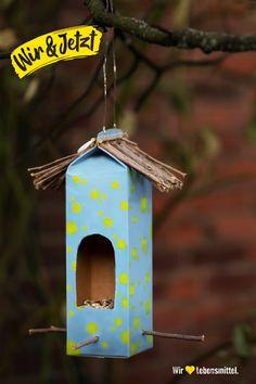 Herkömmliche Vogelhäuschen können ganz schön altbacken aussehen. Mit einem leeren Milchkarton, einer Kordel und kleinen Stöcken kannst du deinem Garten ein neues, nachhaltigeres Accessoire verpassen. Noch ein wenig Vogelfutter hineinstreuen und es ist bereit für die kleinen Besucher! #Vogelhäuschen #Vogelhaus #Upcycling #Zerowaste #Zero #Waste #müllfrei #DIY #Edeka #Milchkarton #Frühling #wirliebenlebensmittel #wirundjetzt Preschool Arts And Crafts, Craft Stick Crafts, Paper Crafts, Crafts For Kids To Make, Diy Crafts To Sell, Home Crafts, Diy Presents, Diy Gifts, Milk Carton Crafts