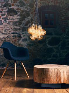 hängeleuchte no_02 6 / 10 /15 Glühbirnen Die the loft – Hängeleuchte no_02 schafft durch ihre minimalistische Lässigkeit einen coolen, urbanen Akzent im Raum. Sie setzt sich aus mehreren Glühbirnen mit gedrehten Stoffkabeln sowie bronzefarbenen Lampenfassungen zusammen und ist in einer Kugelzahl von 6, 10 und 15 40W bronzierten Glühbirnen bzw. auch in LED erhältlich. The Loft, Kugel, Eames, Modern, Design Inspiration, Led, Chair, Furniture, Home Decor