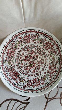 Çini tabak adile demirci Islamic Tiles, Islamic Art, Stencil, Turkish Design, Ottoman, Turkish Tiles, Ceramic Painting, Tile Art, Ceramic Plates