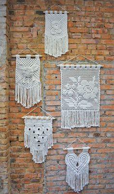 Receita Conjunto de Flâmulas Natural com Barbante Barroco Natural - Blog do Bazar Horizonte Diy Crochet Wall Hanging, Crochet Wall Art, Crochet Wall Hangings, Crochet Diy, Crochet Curtains, Crochet Chart, Filet Crochet, Crochet Gifts, Crochet Patterns