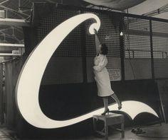 The making of a Coca-Cola Neon Sign  http://www.updateordie.com/2012/02/02/67758/?utm_source=feedburner&utm_medium=feed&utm_campaign=Feed%3A+updateordie-feed+%28Update+or+Die%29