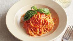 レシピ画像(31402) |元のページ: 落合 務 さんのスパゲッティ,トマトジュースを使った「トマトソーススパゲッティ」。トマトジュースをじっくり煮詰めるだけで本格的なソースになります! 最後に粉チーズを加えて、まろやかさがとコクをプラス。 NHK「きょうの料理」で放送された料理レシピや献立が満載。