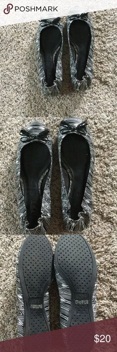 ❤️❤️Like new black and white LOFT flats❤️❤️ These are VERY gently used. I've had foot surgery and they came across the top of my foot on the scar and it bothered me... Nothing wrong with the shoes. 🙂  Bow-tie tassel at top.. Size 9M LOFT Shoes Flats & Loafers
