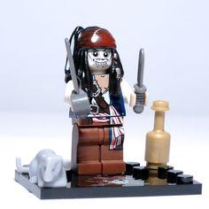 JACK SPARROW (Pirates of the Caribbean) Aquí tienes una fantástica y original variante de la minifigura de Jack Sparrow siendo víctima de la maldición, transformando su rostro en un tétrico esqueleto.