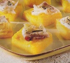 Le tartine miste di polenta sono una bella idea per l'antipasto per il pranzo di Natale. Prima di tutto possono essere preparate per tempo, e necessitano di essere solo scaldate al momento, possono essere fatte con tanti ingredienti diversi, e quindi possono accontentare i gusti di tutti