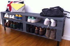 Organisation - Ce petit meuble à chaussure étroit mais long se compose d'une palette désossée puis assemblée de manière différente. 4 pieds ont été rajoutés pour le surélever.