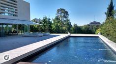 La piscina exterior está adaptada a la práctica deportiva.