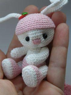 Скоро поспеет земляника !. Обсуждение на LiveInternet - Российский Сервис Онлайн-Дневников Knitted Teddy Bear, Crochet Teddy, Easter Crochet, Crochet Dolls, Knit Crochet, Animal Knitting Patterns, Teddy Bear Images, Crochet Rabbit, Rabbits