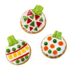 Idee voor het kerstdiner met kinderen: Kerstballen van ronde crackers met roomkaas en gekleurde groenten.
