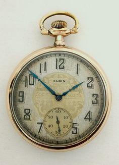 Il s'agit d'une montre de poche 1927 Elgin taille 16 grade 291 Art déco. Cette montre conserve l'heure à 2 minutes par jour. Les deux ravissantes cadran est la quintessence de ce design Art déco a été. Il a exposé bloc chiffres arabes. L'étui est un Brooklyn Watch Case Co. 20 ans «Windsor». Le cas est poli et il y a quelques laitonnage. Le cristal de GS en plastique n'a pas de fissures ou d'éclats et a très peu d'usure. La coque mesure 49,3 mm de diamètre, sans compter le pendentif.  14147…