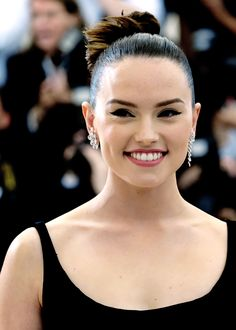 Daisy Ridley at met gala Daisy Ridley Hot, Daisy Ridley Star Wars, Star Wars Cast, Rey Star Wars, English Actresses, Actors & Actresses, Daisy Love, Hollywood Celebrities, Role Models