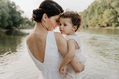 BERLIN // Mama und Kind Fotoshooting von LIBRE Fotografie // liebevolle, zarte Mutter-Tochter-Fotos mit 18 Monate altem Mädchen im weißen Kleid // Mama und Kind Partnerlook
