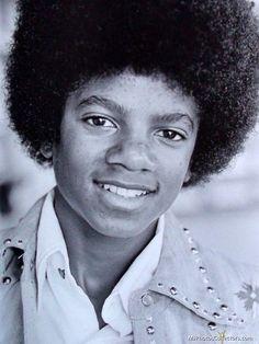 Michael Jackson - Cuteness in black and white ღ by ⊰ Jackson Family, Jackson 5, Beautiful Person, Most Beautiful, Beautiful Smile, Beautiful People, The Jacksons, American Singers, Joseph