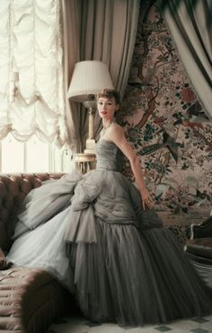 Have you seen the glorious new book of Dior Couture as photographed by Mark Shaw! Dior Glamour: looks spectacular! Dior Haute Couture, Christian Dior Couture, Couture Fashion, Christian Dior Gowns, Christian Dior Vintage, Vintage Outfits, Vintage Gowns, Vintage Mode, Vintage Evening Dresses