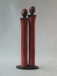 Dos mujeres de color rojo.