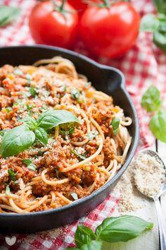 Prawdziwy włoski comfort food – wegańskie bolognese to makaron z pełnowartościowym białkiem i odżywczą mocą pomidorów i pełnoziarnistych zbóż. Smacznego!
