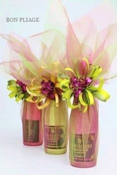 Gift wrapping wrapped by Wakana Nakao,BON PLIAGE. Easy and Cheap Kitchen Designs Whether you are jus Wine Bottle Gift, Wine Bottle Crafts, Wine Gifts, Wine Bottle Wrapping, Creative Gift Wrapping, Creative Gifts, Wrapping Ideas, Decoration Evenementielle, House Decorations