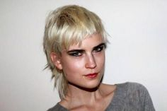 Contrasting eyebrows fashion mullet...