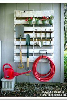 Réutiliser des vieilles palettes pour en faire des rangements de jardin
