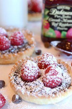 Mason Jar Lid Chocolate Raspberry Tarts~ you will love this recipe so easy to make yet so impressive! Mason Jar Pies, Mason Jar Desserts, Mason Jar Meals, Mini Desserts, Easy Desserts, Dessert Recipes, Summer Desserts, Plated Desserts, Chocolate And Raspberry Tart