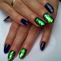 Szkło na czerni zawsze się sprawdza 😳  #nails #nailart #naturalnails #nail2inspire #nailstagram #girls #glassnails #hibridnails #hibrid #gelenails #polishgirl #nailsalon #zpasjamalowane #bialystok #paznokcie #paznokciezelowe #paznokciehybrydowe #szklanepaznokcie #dziewczyny #fashion #stylization #stylizacja #czarny #zielony #wzorki #wzory