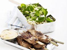 Kyllingespyd med chilidip og nudelsalat