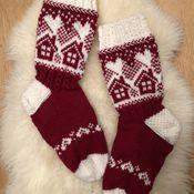 Neuleryhmissä on talven mittaan neulottu ihania mökkisukkia, joiden kuvio oli alun perin osa Metsänväki-sukkia. Fair Isle Knitting, Knitting Socks, Fair Isle Chart, Woolen Socks, Bunny Outfit, Stocking Pattern, Cute Socks, Christmas Knitting, Knit Or Crochet