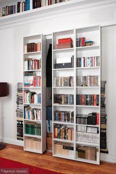 Szafa wnękowa to doskonałe miejsce na książki. Aby zmieścić więcej tomów, można zamiast tradycyjnych drzwi zrobić regał i ustawić na nim sporą część księgozbioru.