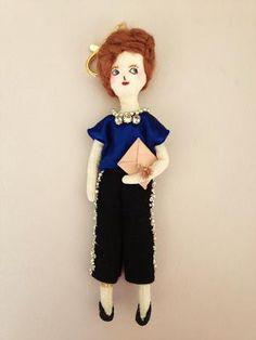 パンツスタイルの女の子のブローチ兼チャームです。お洋服は深いブルーのシルキーなトップスにビジューがちりばめられたパンツ。ピンクのクラッチと大ぶりのネックレスの...|ハンドメイド、手作り、手仕事品の通販・販売・購入ならCreema。