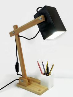 Wooden desk lamp in black and white by Mobla. Barcelona. Lámpara de escritorio.