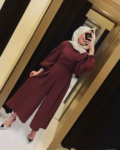 Tulum renk mrdm bu tuluma baylacaksnz fiyat 120 tl kuma krep beden arasndadr boy 130 cm image may contain 1 person standing and indoor Hijab Fashion Summer, Modest Fashion Hijab, Hijab Chic, Muslim Fashion, Fashion Outfits, Islamic Fashion, Boy Fashion, Style Fashion, Womens Fashion