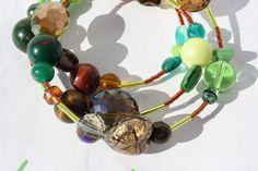 #Schmuck #Armreif #Spirale #grün #braun #Herz #Armband #Schmuck  Hier ein Spiralarmreif in den Farben grün und braun. Ich habe unterschiedliche Perlen auf Spiraldraht (Armdurchmesser 5-6 cm)...