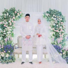 Ini Lo 6 Detail Syarat Pernikahan Syar'i yang Mungkin Belum Kamu Ketahui Muslimah Wedding Dress, Hijab Wedding Dresses, White Wedding Gowns, Wedding Attire, Wedding Backdrop Design, Wedding Reception Backdrop, Wedding Stage Decorations, Malay Wedding Dress, Wedding Poses