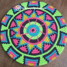 Tapestry Crochet Patterns, Crochet Mandala Pattern, Crochet Circles, Knitting Designs, Knitting Patterns, Diy Crochet, Crochet Hats, Mochila Crochet, Native American Patterns
