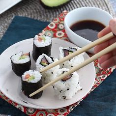 Sushi Roll Recipes, Cooked Sushi Recipes, Healthy Recipes, Mexican Food Recipes, Japanese Food Recipes, Japanese Food Sushi, Sushi Food, Salmon Roll Sushi, How To Roll Sushi