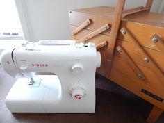 適当ソーイング歴約10年。ミシンの使い方ももちろん適当です。 ミシンが突然停止したり、縫い目がおかしくなったり、針が折れたり。その中でも一番厄介なのが糸がぐちゃぐちゃに絡まるトラブルです。 縫いはじめるとすぐにガタンガタン、ガガガーッと変な音がして全然縫えない。縫えたとしても10cm~20cmくらいのところでまた変な音がして完全停止。 ミシンの上糸は普通に縫えているのに!と思って生地の裏側を見てみると下糸が絡まってぐちゃぐちゃ・もじゃもじゃ状態です。 下糸もキレイに巻きなおした。ボビンを入れる向きも確認した。釜も掃除した。糸調子ダイヤルもいじってみた。 それでもまだ糸がぐちゃぐちゃ・もじゃもじゃで縫えない!イライラする!ミシンが壊れた!ミシンの寿命だ!とあきらめかけたそのとき驚きの事実を発見しました。 なんと布裏でぐちゃぐちゃになっているのは下糸ではなく上糸!衝撃的。で、上糸をいじってみたらそれまでの不具合がウソのように改善され、スイスイ縫えるようになりました。 まず疑うべきは上糸のかけ方・通し方!実際にやってみたことや上糸をかけなおす際のポイントなどをまとめてみました。…